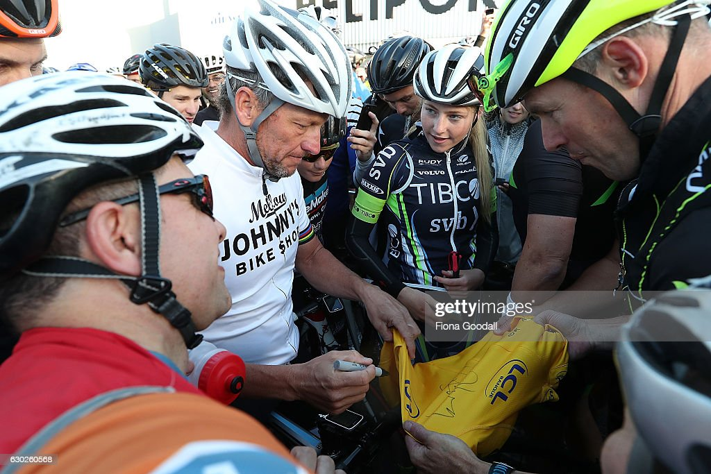 Lance Armstrong Rides With Auckland Locals : News Photo