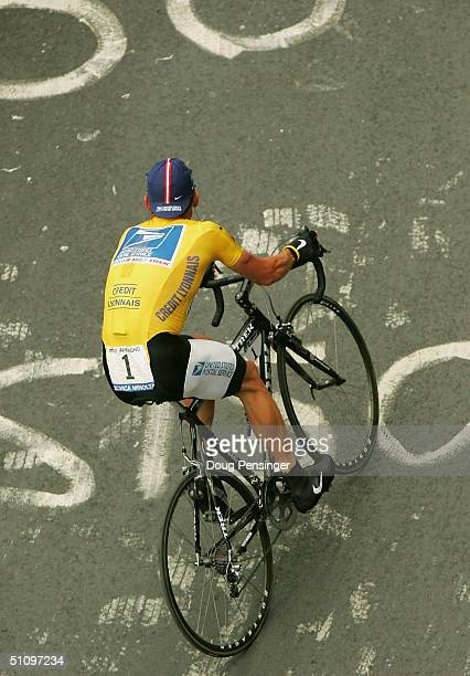 L'ALPE D'HUEZ FRANCE JULY 21 Lance Armstrong of the USA and riding for US Postal Service presented by Berry Floor climbs Alpe d'Huez as he went on to...