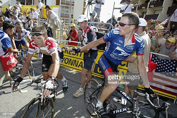 L'HALPE D'HUEZ FRANCE JULY 13 Lance Armstrong of the USA riding for the US PostalBerry Floor team looks at Tyler Hamilton of the USA riding for the...