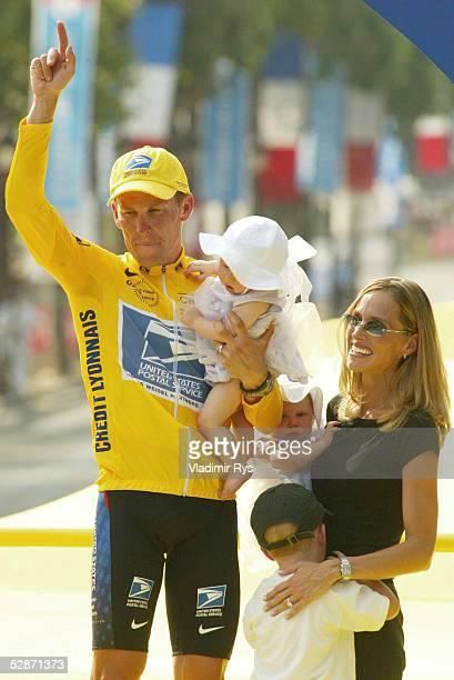 MELUN PARIS Lance ARMSTRONG/US POSTAL feiert seinen Sieg mit Ehefrau KRISTIN Sohn LUKE und den Zwillingen Isabell Rose und Grace Elisabeth