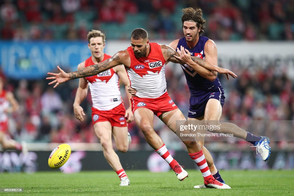 Lance Franklin of the Swans contests the ball with Alex Pearce of the Dockers during the round nine AFL match between the Sydney Swans and the Fremantle Dockers at Sydney Cricket Ground on May 19, 2018 in Sydney, Australia.