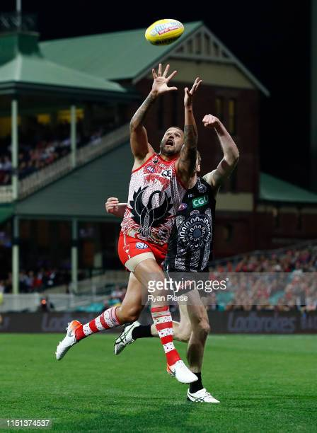 Lance Franklin of the Swans marks during the round 10 AFL match between the Sydney Swans and the Collingwood Magpies at the Sydney Cricket Ground on...