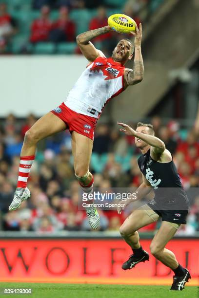 Lance Franklin of the Swans marks during the round 23 AFL match between the Sydney Swans and the Carlton Blues at Sydney Cricket Ground on August 26...