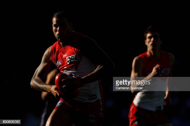 Lance Franklin of the Swans runs the ball during the round 21 AFL match between the Sydney Swans and the Fremantle Dockers at Sydney Cricket Ground...