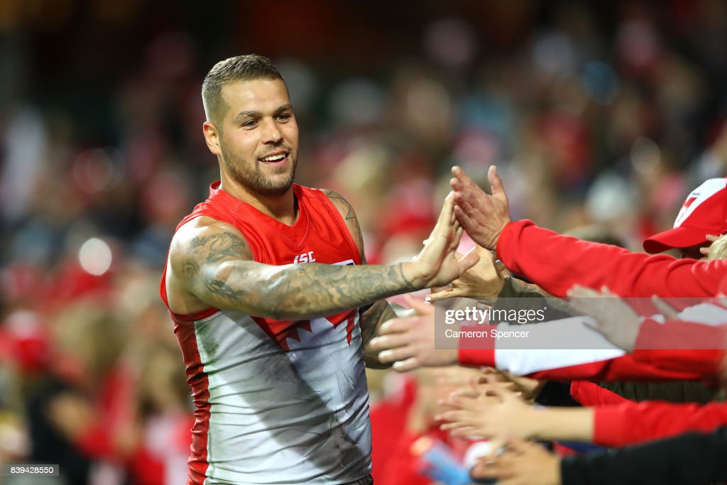 Lance Franklin of the Swans thanks fans after winning the round 23 AFL match between the Sydney Swans and the Carlton Blues at Sydney Cricket Ground on August 26, 2017 in Sydney, Australia.