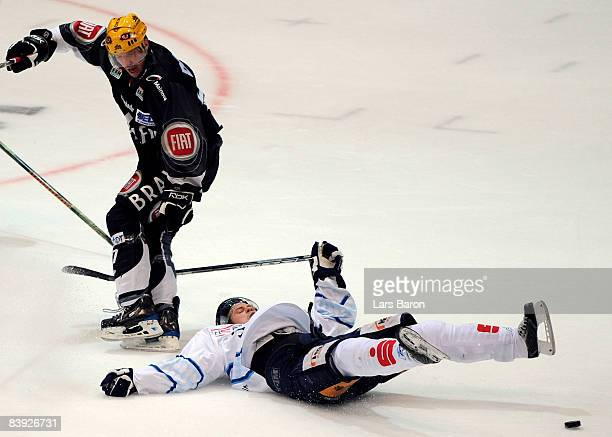 Lance Ward of Frankfurt challenges Eric Meloche of Straubing during the DEL match between Frankfurt Lions and Straubing Tigers at the Eissporthalle...