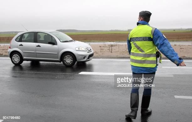 """Lancement national en Seine-et-Marne de l'expérimentation du PV électronique """". Un gendarme effectue un contrôle routier, le 03 novembre 2009 à..."""