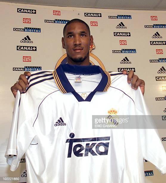 l'ancien attaquant français d'Arsenal Nicolas Anelka montre son nouveau maillot le 05 août 1999 à Madrid lors d'une conférence de presse dans les...