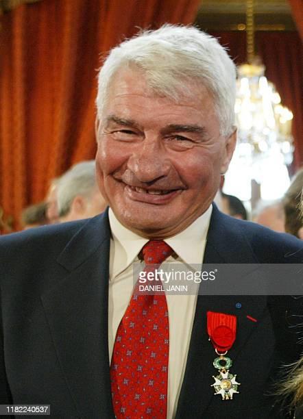 l'ancien coureur cycliste Raymond Poulidor pose après avoir promu officier de la Légion d'Honneur le 23 juin 2003 au Palais de l'Elysée à Paris lors...