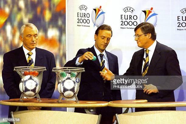 L'ancien joueur Belge Paul Van Himst , l'ancien joueur Hollandais Jahan Neeskens et le secrétaire général de l'UEFA Gérard Aigner, procèdent au...