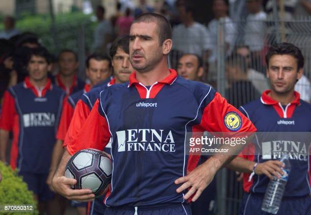 l'ancien joueur du Manchester United Eric Cantona arrive à la tête de l'équipe de France de beach soccer le 03 juin 2000 à SaintGalmier avant la...