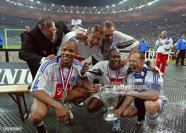 l'ancien président d'Auxerre et de la Ligue nationale de football Gérard Bourgoin félicite les joueurs d'Auxerre Philippe Mexès Stéphane Grichting...