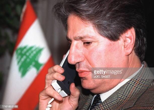l'ancien président libanais Amine Gemayel qui vit en France depuis plusieurs années s'entretient au téléphone le 10 décembre à son domicile parisien...