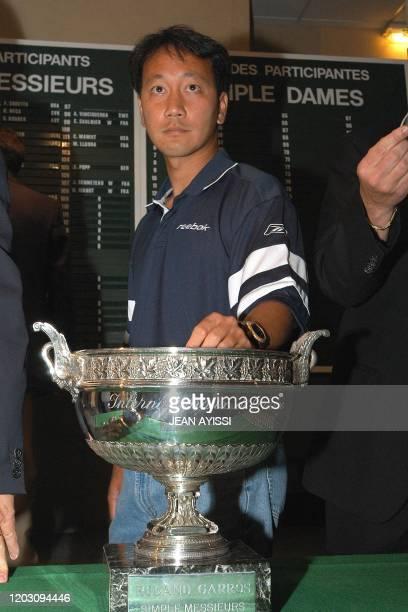 L'ancien vainqueur des Internationaux de tennis de Roland Garros, l'Américain Michael Chang , effectue le tirage au sort de la 102e édition du...