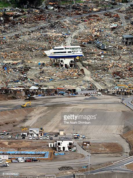 PHOTO Image Numbers 515025026 and 515025024 In this composite image has been made between after the magnitude 90 Great East Japan Earthquake and...