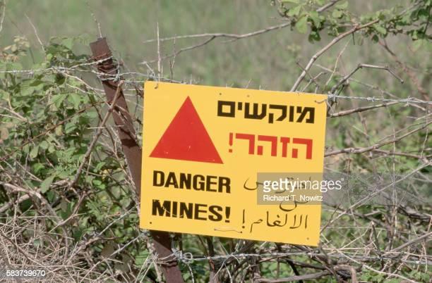 land mine warning sign - 地雷 ストックフォトと画像