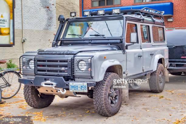 land rover defender off-road suv - land rover imagens e fotografias de stock