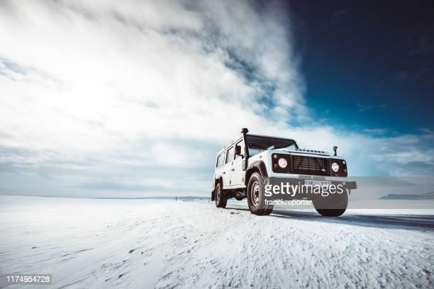 アイスランドの道路に駐車ランドローバーディフェンダー - ランドローバー ストックフォトと画像
