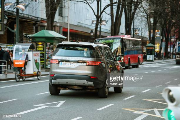 land rover discovery - land rover stock pictures, royalty-free photos & images