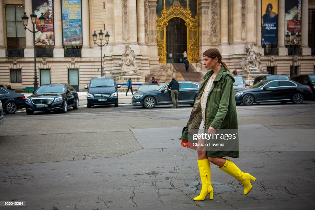 Street Style : Paris Fashion Week Womenswear Fall/Winter 2018/2019 : Day Four : News Photo