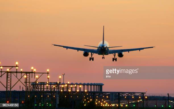 "landing airplane during sunset - barcelona ""el prat aeroport"" - volare foto e immagini stock"