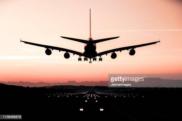 着陸の飛行機 - 着陸する ストックフォトと画像