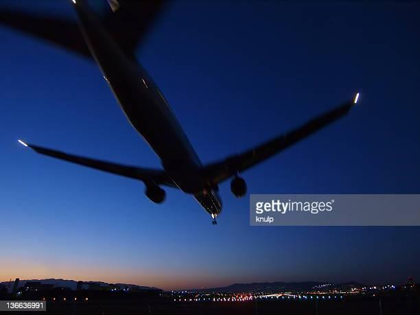 landing in blue - 大阪国際空港 ストックフォトと画像