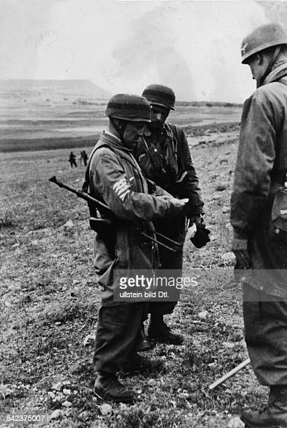 Landing of German paratroops at the Isthmus of Corinth: a commander is being briefed on operations