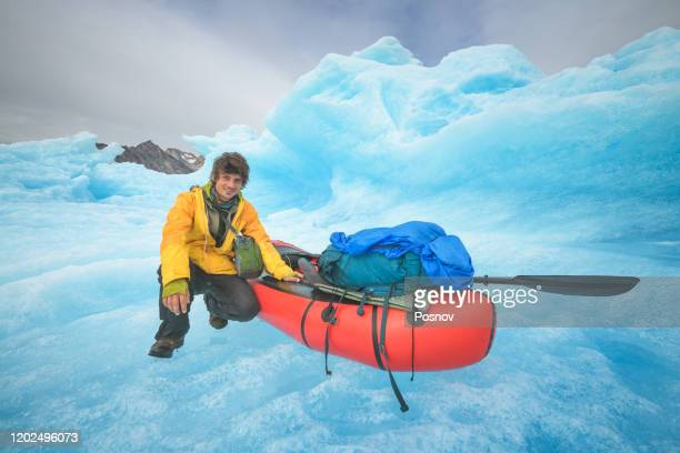 landing on the iceberg with a packraft at ikateq fjord - 跟拍鏡頭 個照片及圖片檔