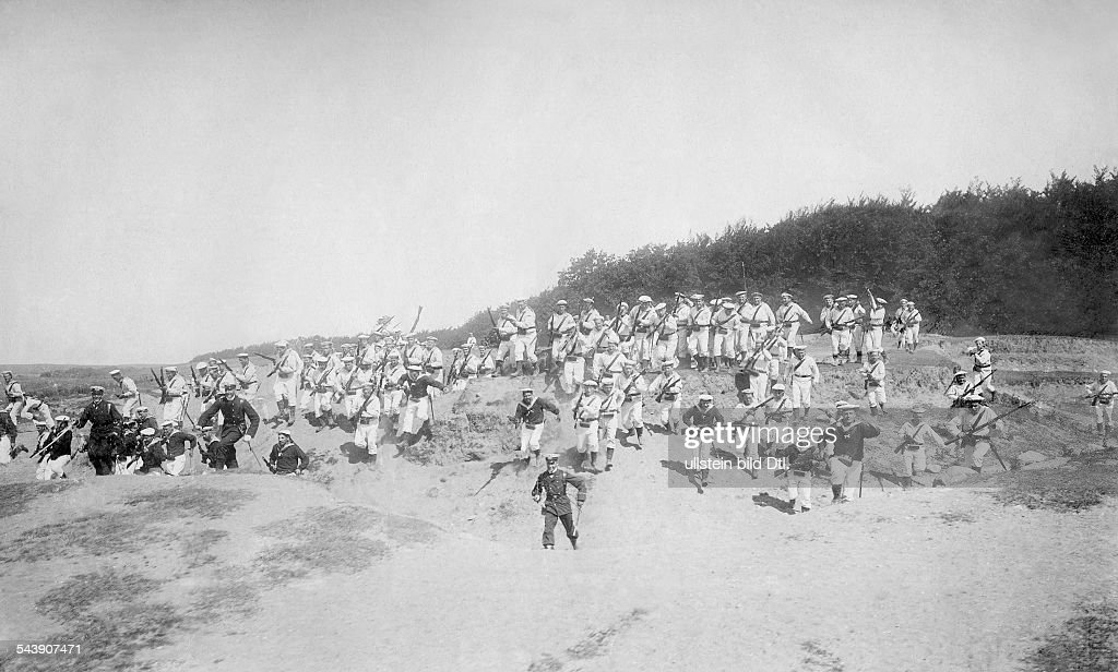Landing operation: crew of the SMS 'Barbarossa' is charging the dunes in the direction of the camera - 1901- Photographer: A. Renard- Published by: 'Berliner Illustrirte Zeitung' 31/1901Vintage property of ullstein bild : News Photo