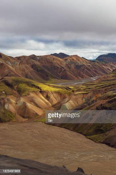 """de kleurrijke bergen van landmannalaugar in ijsland - """"sjoerd van der wal"""" or """"sjo""""nature stockfoto's en -beelden"""