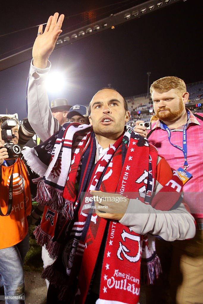 Landon Donovan #10 of the United States acknowledges the fans after his final match during an international friendly against Ecuador at Rentschler Field on October 10, 2014 in East Hartford, Connecticut.