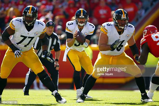 Landry Jones of the Pittsburgh Steelers receives the snap while Marcus Gilbert of the Pittsburgh Steelers and David DeCastro of the Pittsburgh...