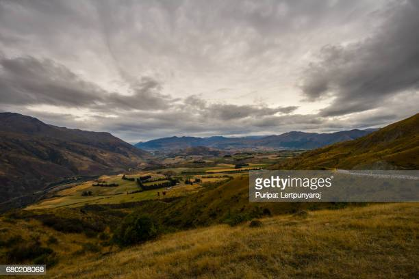 landscape alongside crown range road, new zealand - arrowtown stock pictures, royalty-free photos & images