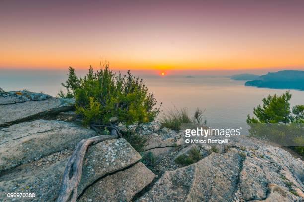 landscape at sunset from the falaises de cassis, french riviera - paysage enchanteur photos et images de collection