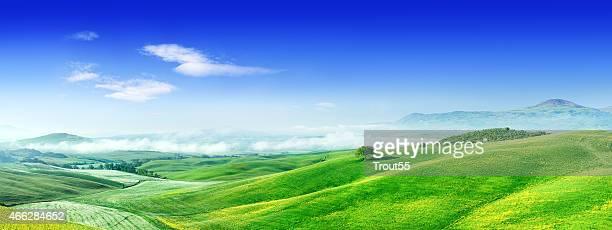 Paisaje de niebla sobre verde campos de Toscana