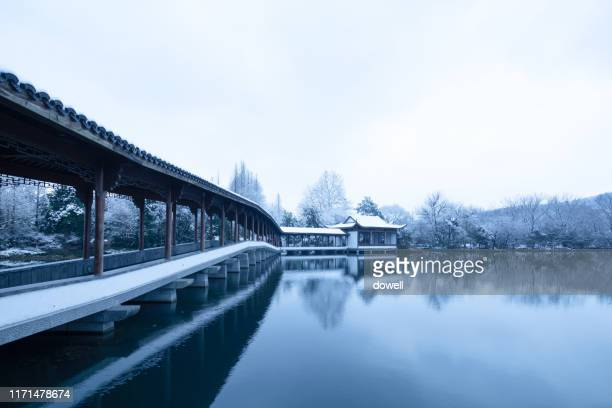 landscape in hangzhou,ancient bridge over lake - west lake hangzhou stock pictures, royalty-free photos & images