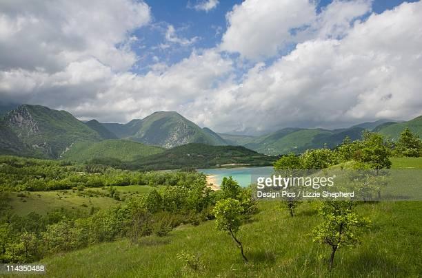 landscape in spring at lago di castel san vincenzo - molise foto e immagini stock
