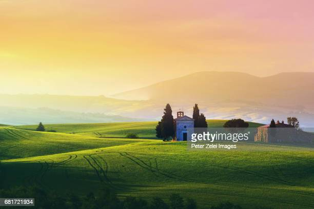 landscape in tuscany, italy, at sunrise - capella di vitaleta stock pictures, royalty-free photos & images