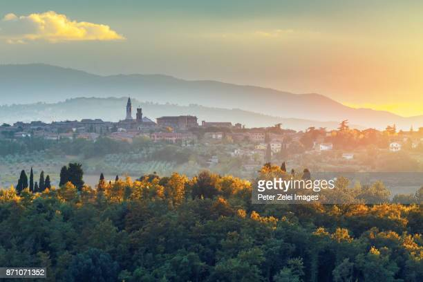 landscape in tuscany with the small town of pienza in the background - cultura italiana foto e immagini stock