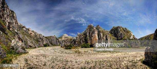 landscape inside the scoppaturo canyon on the campo imperatore plateau - campo imperatore foto e immagini stock
