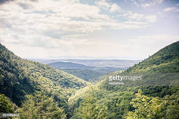 landscape of a valley in new england, berkshire county, massachusetts, usa - heshphoto stockfoto's en -beelden