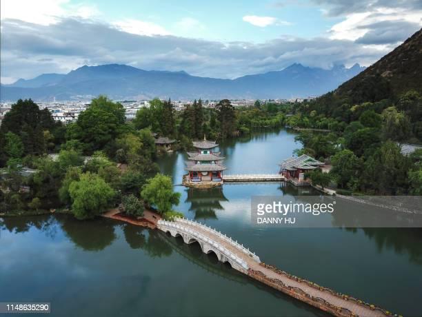 landscape of black dragon pool park and jade dragon mountain in li jiang city - yunnan stockfoto's en -beelden