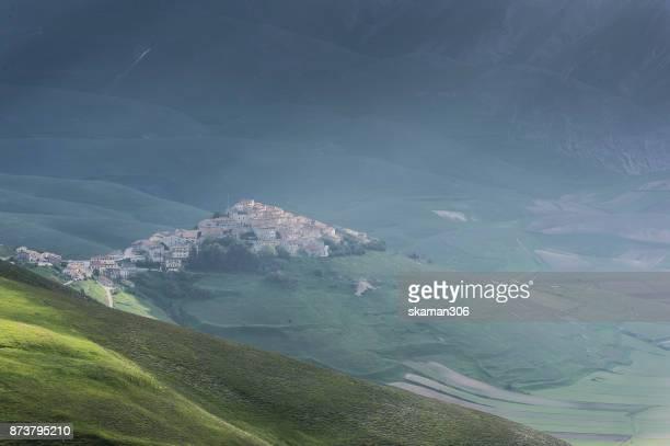 landscape of castelluccio di norcia valley, sibilini national park umbria - italy - カステッルッチョ ストックフォトと画像
