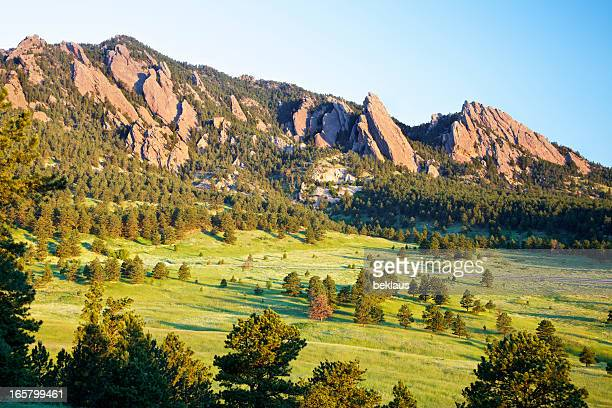 montagnes flatirons de boulder, dans le colorado - denver photos et images de collection