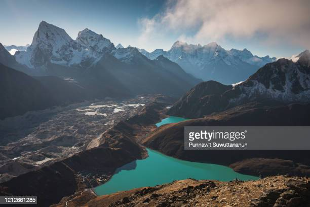 landscape of gokyo lake view from gokto ri, everest region in himalaya range, nepal - gokyo ri ストックフォトと画像