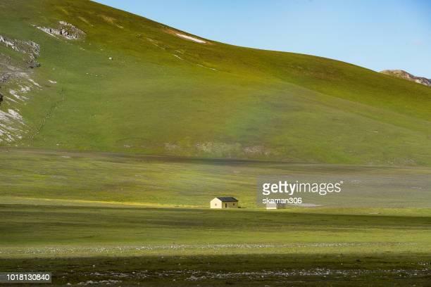 landscape of plateau of campo imperatore abruzzo italy - campo imperatore foto e immagini stock