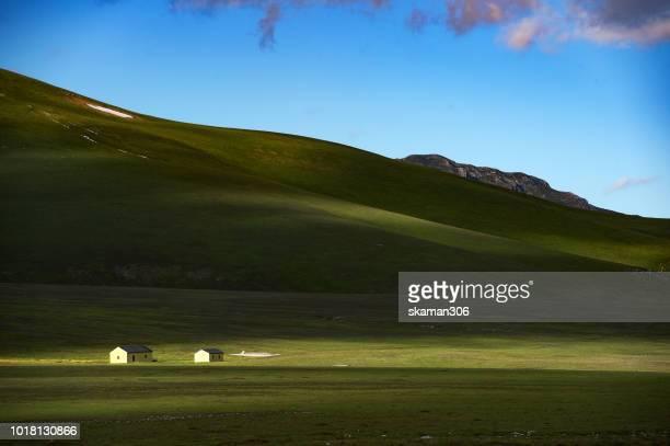 landscape of plateau of campo imperatore abruzzo italy - parco nazionale d'abruzzo foto e immagini stock