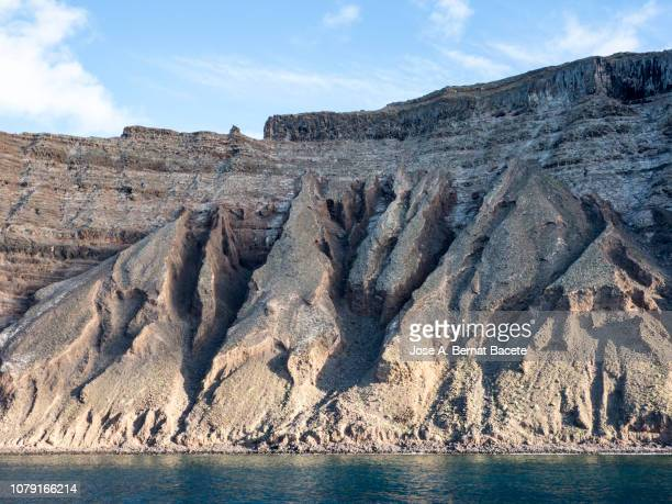 landscape of rocky volcanic coast in the island of lanzarote, canary islands, spain. - erosionado fotografías e imágenes de stock