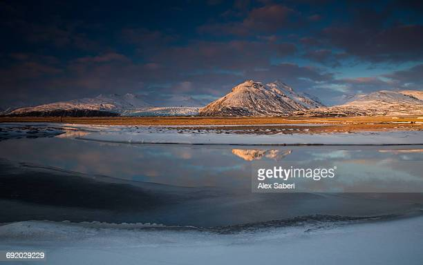 landscape of skaftafell national park reflected in a small lake. - alex saberi stock-fotos und bilder